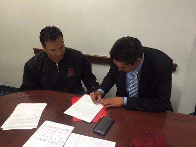 Luis Cossio firmó con Arizona