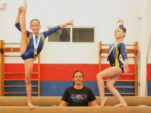 Hania Echave y Bridget Rodarte con la coreógrafa Miladys Rebollido