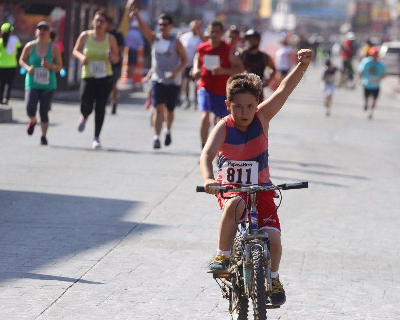 Gente de todas las edades, e incluso hasta niños en bicicleta, participaron en Let´s Rock