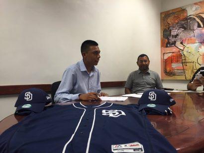 Alejandro Carrasco firmó con Padres